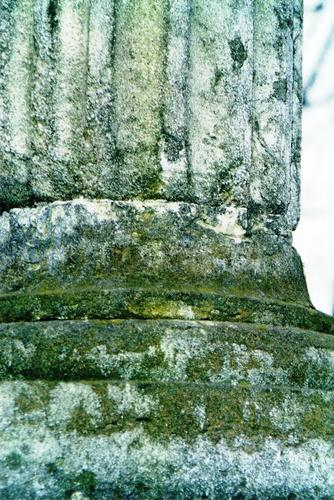 Западная сторона полуколонны. Виден белый, крупнозернистый мрамор и сильно проявленное на нем отшелушивание. Фото ноября 2003 г.