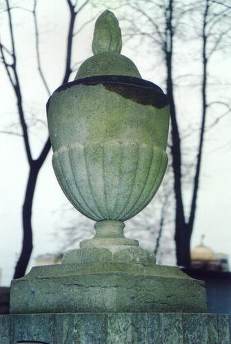 Юго-восточная сторона вазы-светильника. Видны натеки, атмосферные грязевые отложения, биологический налет, трещины. Фото ноября 2003 г.