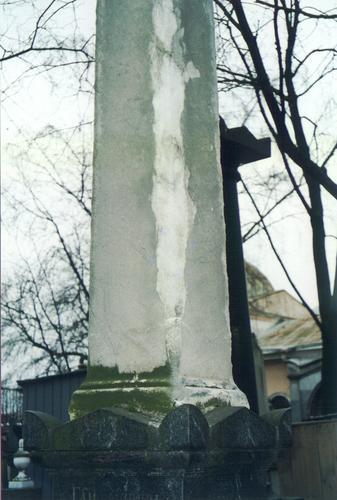 Северо-западный контур обелиска. Видно сильно развитое отслаивание мрамора, биологический налет. Фото ноября 2003 г.