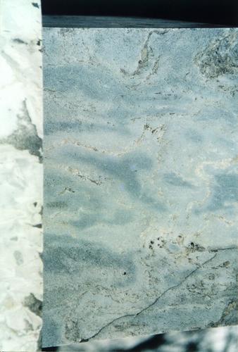 Южная сторона подставки для урны из светло-серого, пестрого, неоднородного, мелко-, среднезернистого мрамора с перламутровым оттенком. Видны трещины. Фото ноября 2003 г.