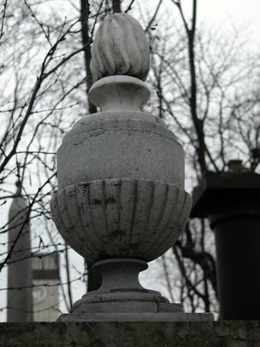 Ваза-светильник из белого, однородного, крупнозернистого мрамора. Фото ноября 2003 г.