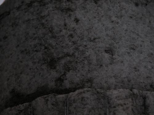 Фрагмент вазы-светильника. Видно отшелушивание, атмосферные грязевые отложения. Фото ноября 2003 г.