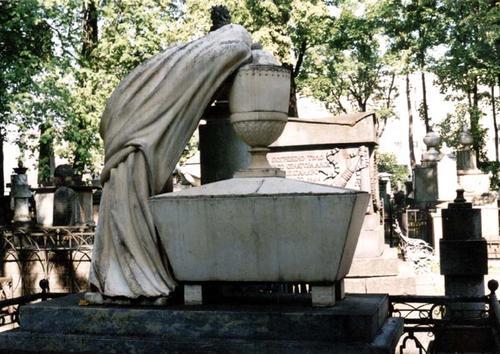 Скульптура плакальщицы у саркофага из белого, мелко-, среднезернистого мрамора. Фото июля 2002 г.