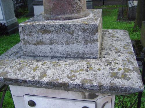 Подставка для полуколонны и верхняя плита постамента из путиловского известняка. Видны лишайники. Фото августа 2004 г.