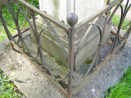 Основание из путиловского известняка. Видны углубления и впадины из-за выкрашивания, мхи, лишайники. Фото августа 2004 г.