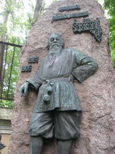 Общий вид памятника. Скульптурная композиция из бронзы достаточно равномерно покрыта плотной двухслойной патиной: черной (нижний слой), голубовато-зеленой и голубовато-серой (верхний слой). Фото 2008 г.