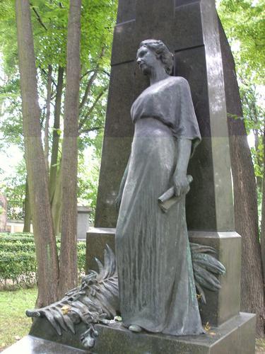 Бронзовая фигура, неравномерно покрытая патиной: серой (потеки на лицевой части памятника), голубовато-зеленой (тыльная сторона памятника) и черной (нижний слой по всей поверхности памятника). Фото 2008 г.
