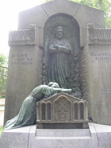 Общий вид памятника. Восточная сторона. Скульптурная композиция из бронзы  достаточно равномерно покрыта плотной двухслойной патиной: черной (нижний слой) и голубовато-зеленой (верхний слой). Фото 2008 г.