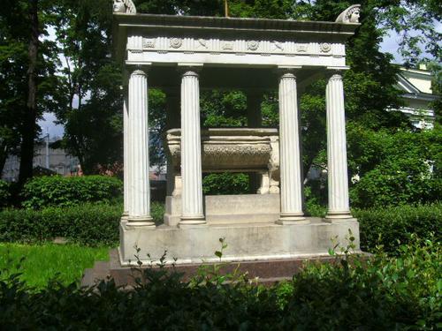 Общий вид памятника. Южная сторона. Май 2010г.